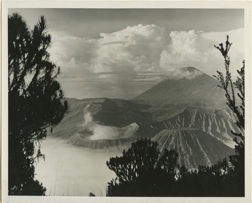 Landschapsfoto van de vulkaan Bromo (2295 meter hoogte) en...