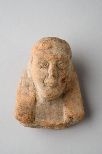 Archaïsche sculptuur van een kop