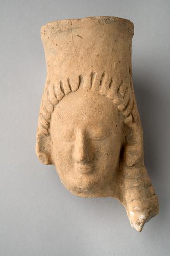 Sculptuur van een vrouwenkop