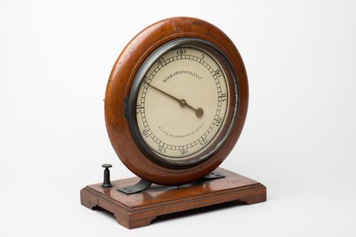 Model van een elektromagnetische klok volgens Wheatstone