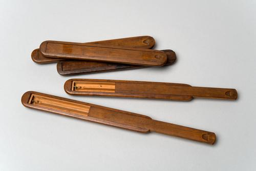Vlierpitelektroscopen in houten etuitjes