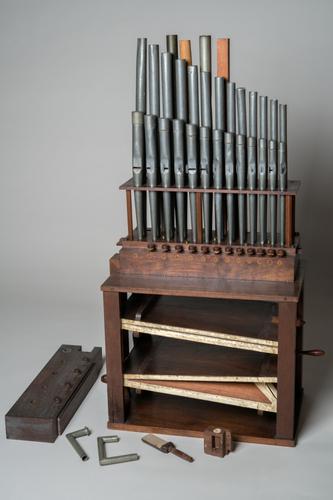 Blaaskast met orgelpijpen