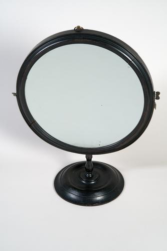 Holle spiegel op voet