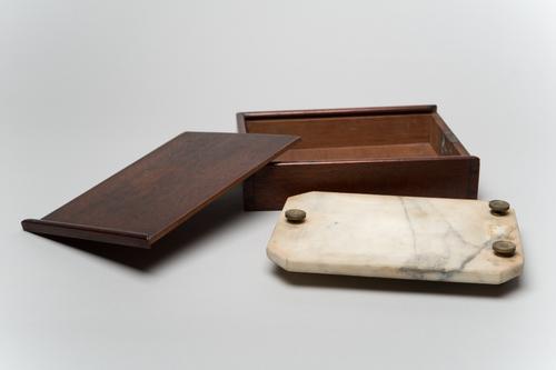 Marmeren stelplaat in kist