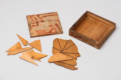 Kistje met twee legfiguren