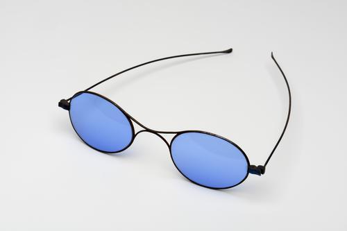 slapenbril met stalen montuur en blauw getinte glazen