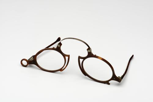 Neusklembril met hoornen montuur
