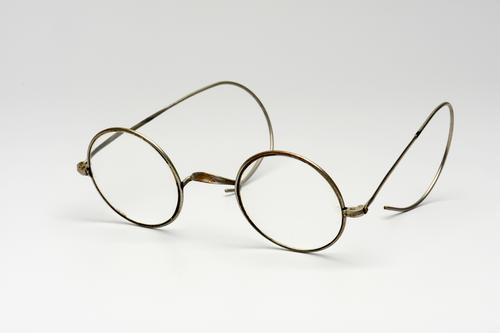 Orenbril met stalen montuur