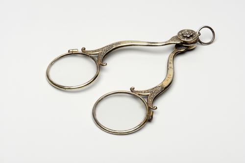 Gedecoreerde schaarbril of binocle