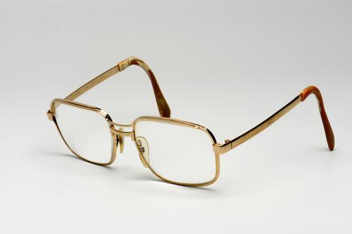 Bril gemaakt van hoorn en koperlegering met dubbele brug