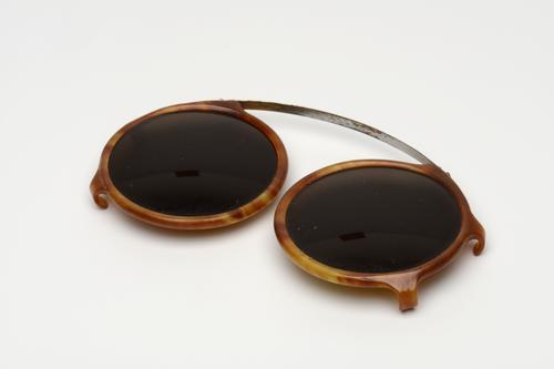 Zonnebril om over gewone bril te klemmen