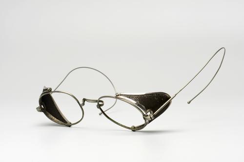 Orenbril met uitklapbare beschermkapjes