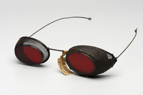 Spoorwegbril met roodgetinte glazen