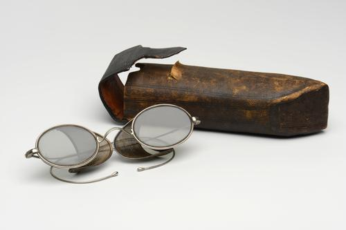 Orenbril met uitklapbare beschermkapjes in etui