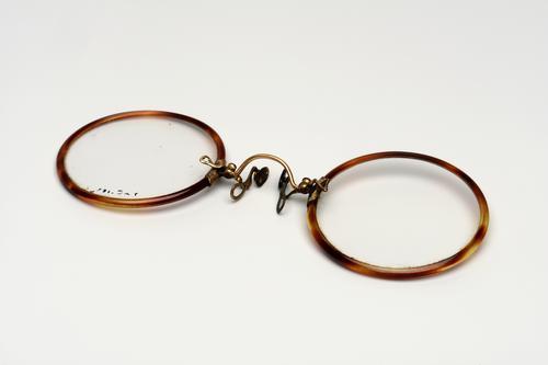 Knijpbril met gouden brug en celluloid montuur