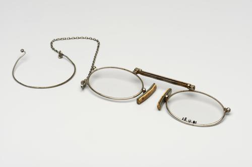 Knijpbril met kettingbrug