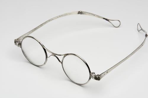 Orenbril met knikveer en zilveren montuur