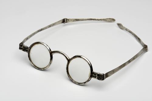 slapenbril met knikveer en zilveren montuur