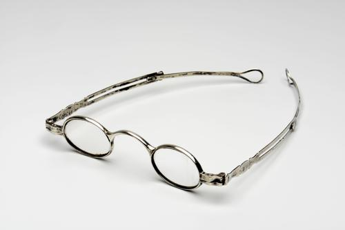 Orenbril met schuifveer en zilveren montuur