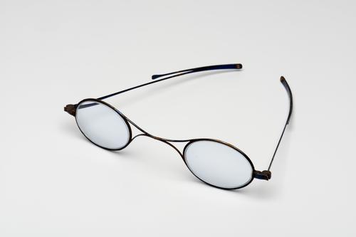 Orenbril met knikveer en stalen montuur