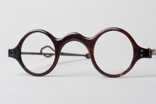 Orenbril met knikveer en hoornen montuur