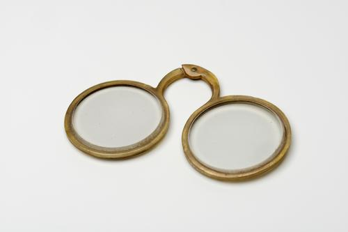 Geklonken bril met hoornen montuur