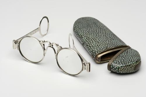 Zilveren bril in etui