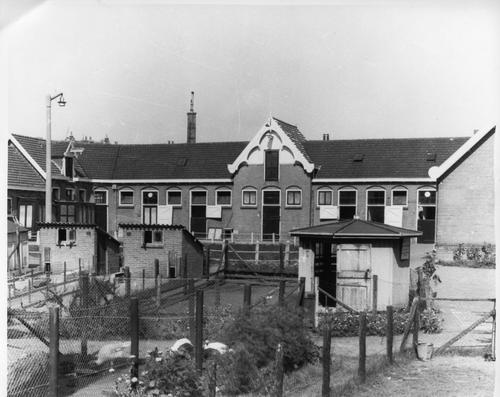 Stallencomplex met kippenstallen van het Instituut voor Infectieziekten