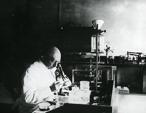 Foto van De Jong in zijn lab