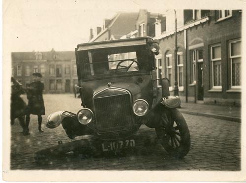 Foto van de eerste auto van de Buitenpraktijk, met pech