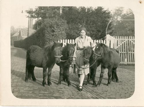 Eerste vrouwelijke dierenarts van Nederland Jeanette Voet