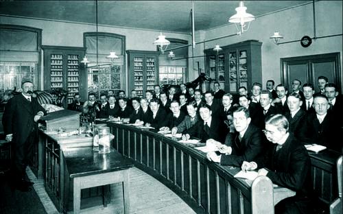 Foto van een college hoefkunde van H.M. Kroon